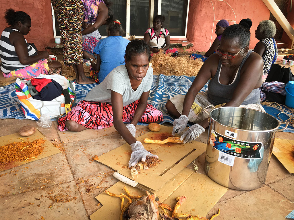 Elizabeth-Rukarriwuy-and-Frances-Rrikili-preparing-dye-for-Gunga-(pandanus),-2017-.jpg
